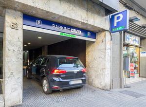 Entrada al parking por la calle Travessera de Gràcia, en Barcelona