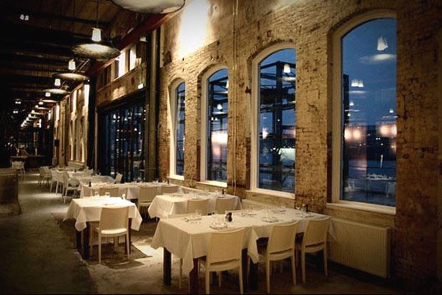 Cube Architecten han reahabilitado un antiguo almacen para convertirlo en un restaurante de lujo, Stork Restaurant, Amsterdam