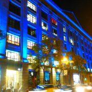 fachada edificio David Barcelona iluminada