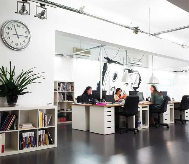 Ejemplo de oficina diáfana con luz natural dentro del Edificio David, Barcelona
