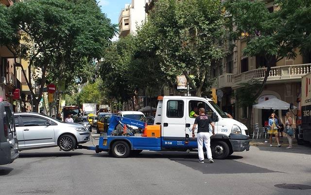 La Grúa Municipal en plena acción - Foto: mujeresmoteras.com